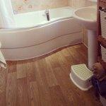 Elegancko uposażona łazienka jako baza do przeprowadzenia domowego spa.